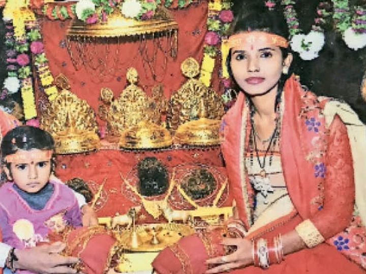 हत्या से पहले की वह आखिरी फोटो, जब प्रियंका ने पहले नवरात्र पर माता शैलपुत्री की पूजा-अर्चना की। बेटी दर्पण साथ ही बैठी थी। फिर न जाने क्यों उसी बेटी की जान ले ली।