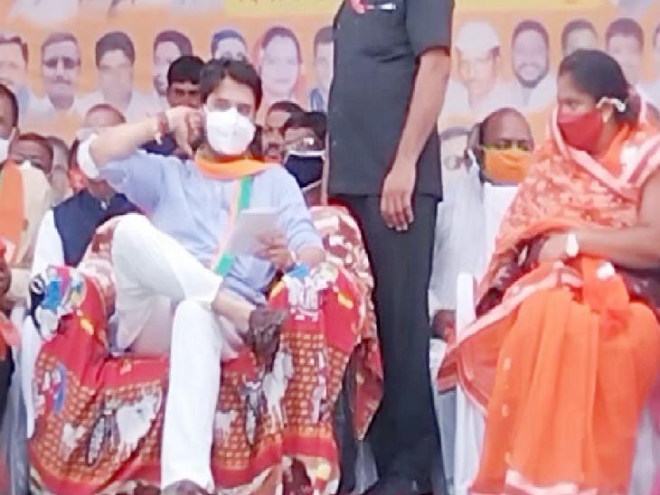 भाजपा प्रत्याशी सुमित्रा कास्डेकर के समर्थन में सभा की।