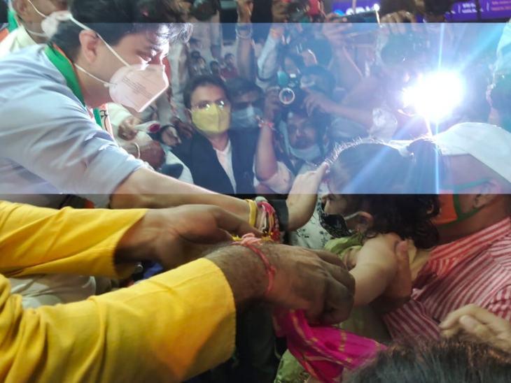 इंदौर के कंपेल में बच्ची को दुलारा और तिलक किया।