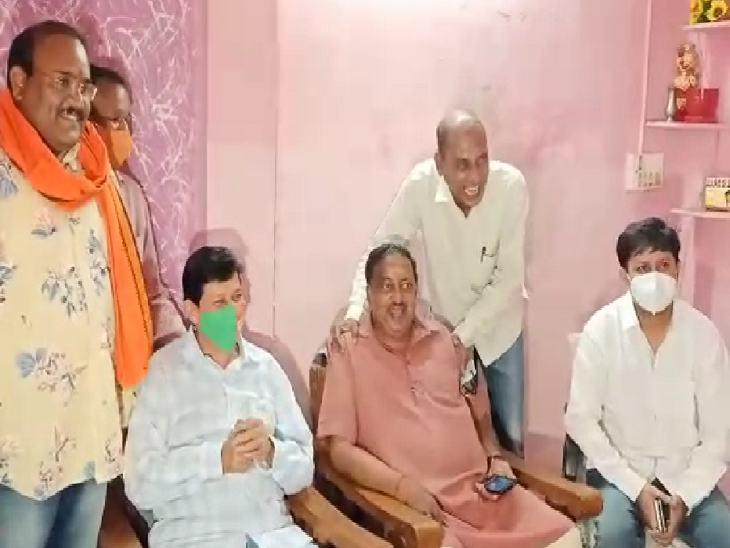 भाजपा प्रवक्ता उमेश शर्मा ने कंधे दबाकर वर्मा को मनाया।