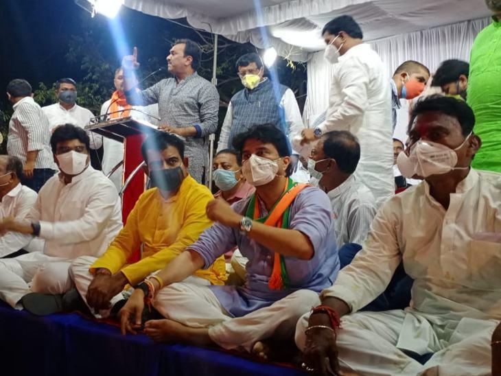 सिंधिया के साथ मंच पर भाजपा के सभी नेता नीचे बैठे।