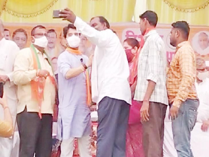 कांग्रेस से भाजपा में शामिल हुए नेताओं ने सिंधिया के साथ सेल्फी ली।