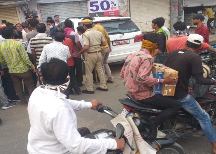 किशनगढ़ में दिनदहाड़े ताबड़तोड़ फायरिंग कर भागचंद चोटिया की हत्या के बाद बदमाश फरार हो गए। तब बाजार में स्थानीय लोगों की भीड़ इकट्ठा हो गई।