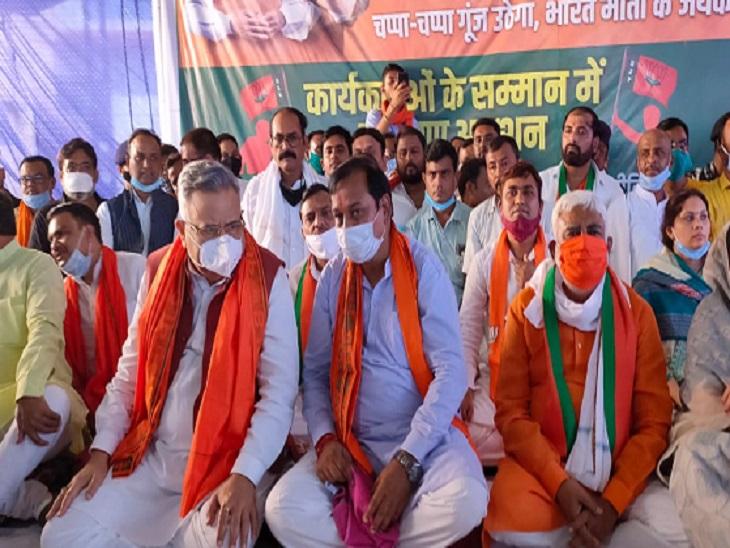 फोटो पाटन में चल रहे अनशन के दौरान की है। यहां बड़ी संख्या में भाजपा नेता पहुंचे थे।