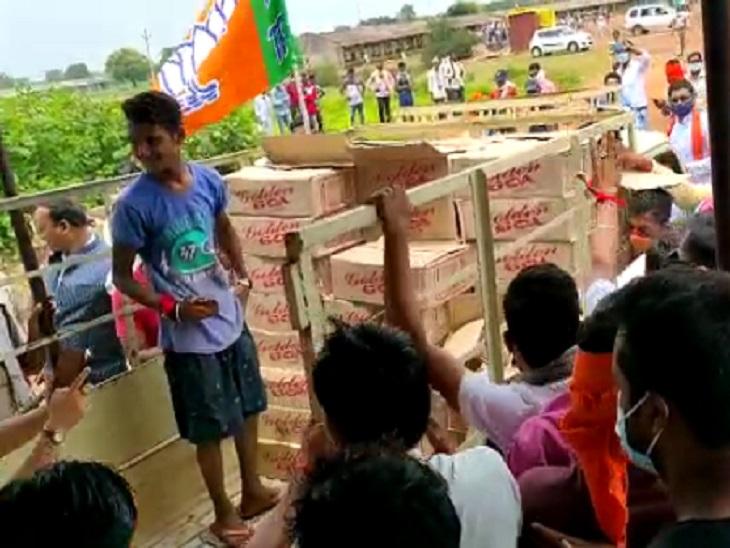 शराब दुकान खोलने के विरोध में भाजपा नेता पहुंचे थे, पुलिस ने इन पर लाठी चलाई थी इसी के बाद विवाद शुरू हुआ।