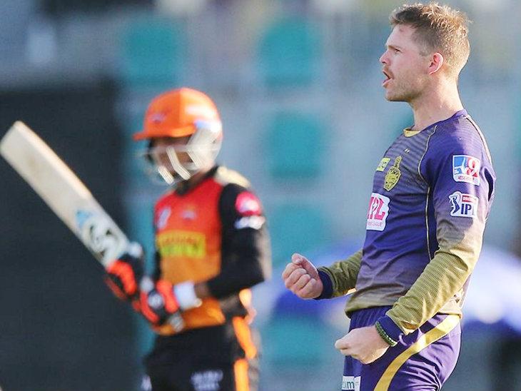केकेआर के लोकी फर्ग्यूसन ने 4 ओवर में 15 रन देकर 3 विकेट लिए। सुपर ओवर में भी फर्ग्यूसन ने वॉर्नर और समद को आउट किया।