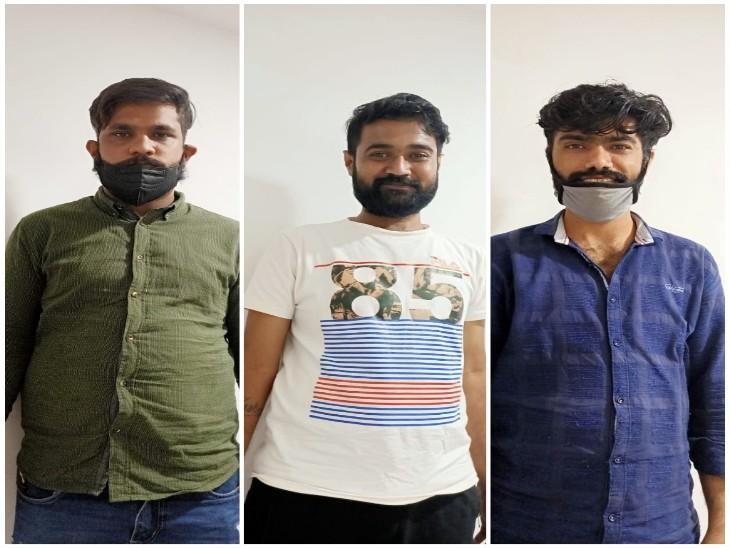 लाखे नगर से गिरफ्तार इन युवकों की मुस्कान पर सोशल मीडिया में लोग कई तरह की चर्चाएं कर रहे हैं।