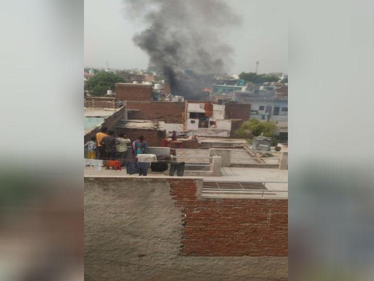 पटाखे के बाद घर से निकलता धुएं का गुब्बार। हादसे के बाद इलाके में अफरा तफरी मच गई।