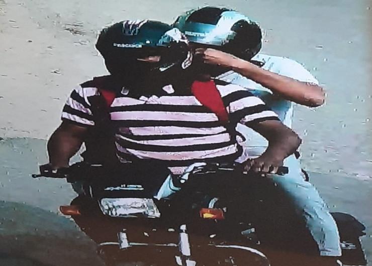 कार को लावारिस छोड़ने के बाद दो बदमाश एक मोटरसाइकिल से भागे। पुलिस का मानना है कि बदमाशों ने योजना के मुताबिक इस बाइक को पहले से मुहाना इलाके में खड़ी कर रखी होगी।