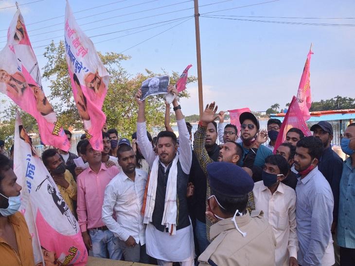जनता कांग्रेस नेता प्रदीप साहू ने इस दौरान सरकार के खिलाफ नारेबाजी की।