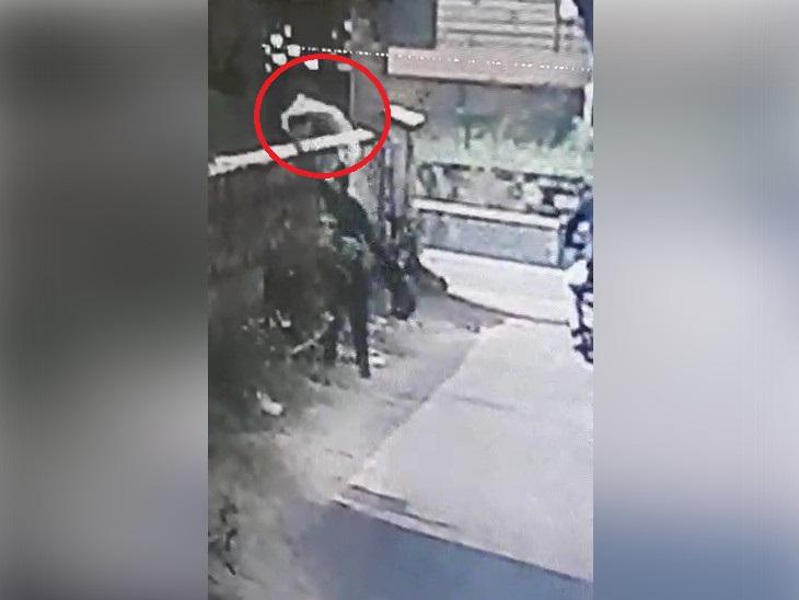 एक बदमाश लूटे गए रुपयों के बैग को लेकर पैदल चला। उसने शर्ट को खुद पर डाल लिया। बाद में, इस शर्ट को उतारकर एक खाली भूखंड में फेंक दिया।