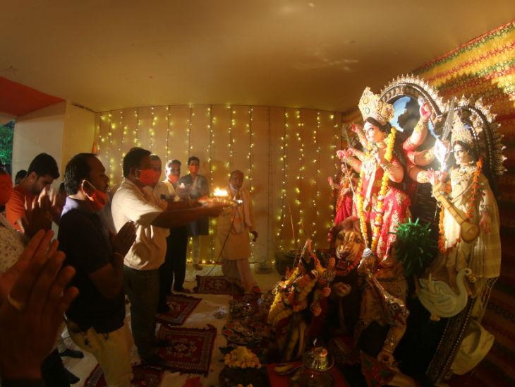 न्यू मार्केट व्यापारी दुर्गा उत्सव समिति में घट स्थापना के बाद आरती करते हुए भक्त। फोटो- अनिल दीक्षित