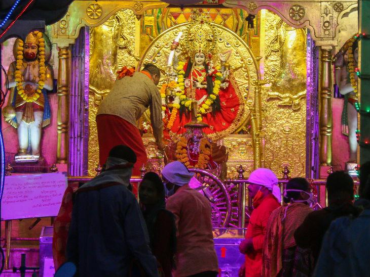 भोपाल के पीर गेट स्थित कर्फ्यू वाली माता के मंदिर में विशेष सजावट की गई।