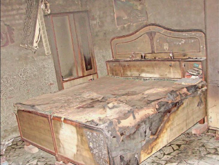 बेड के पास बिछी चारपाई पर धर्मपाल का जला हुआ शव था।पास ही एक बाल्टी में करीब आधा डीजल बाल्टी में रखा था