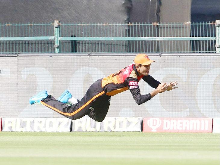 हैदराबाद के प्रियम गर्ग ने मैच में शानदार फील्डिंग करते हुए 2 कैच पकड़े।
