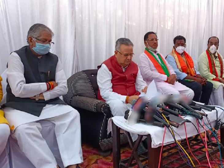 फोटो मरवाही की है। उपचुनाव में नामांकन के लिए सभी भाजपा नेता पहुंचे थे।