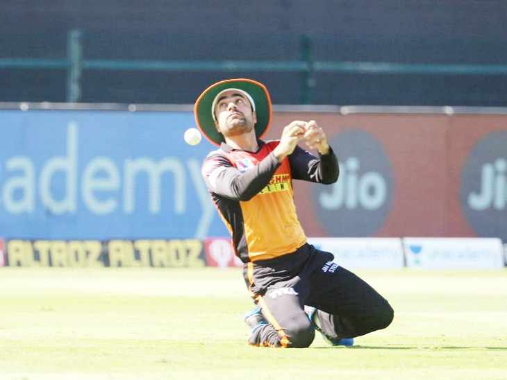राशिद खान के लिए मैच कुछ खास नहीं रहा। उन्होंने फील्डिंग के दौरान आसान कैच छोड़ा।