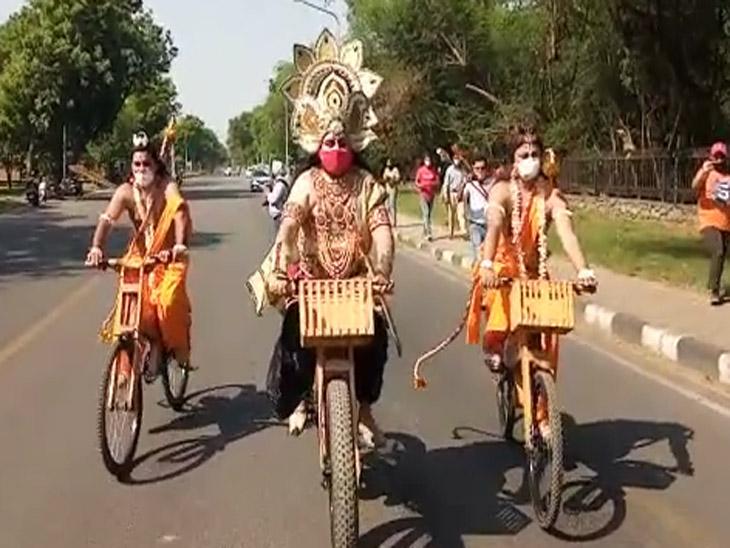शहर में आज कई स्थानों पर जाकर रामलीला कलाकारों ने कोरोना से बचाव का मैसेज दिया