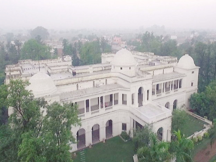 According to the website Architectural Digest, Saif Ali Khan's Pataudi Palace is spread over 10 acres.  It has 150 rooms.  It has 7 dressing rooms, 7 bedrooms and 7 billiard rooms.