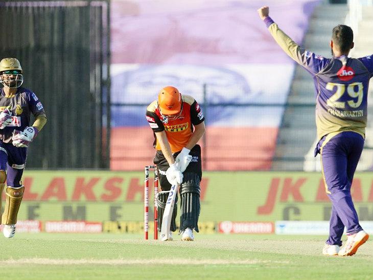 केकेआर के वरुण चक्रवर्ती ने जॉनी बेयरस्टो को 36 रन के निजी स्कोर पर नीतीश राणा के हाथों कैच कराया।