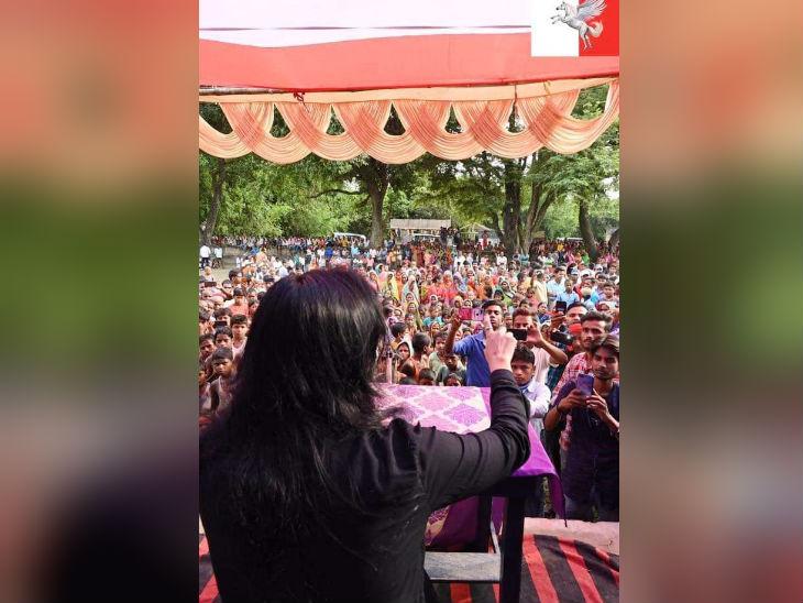 यह तस्वीर पुष्पम प्रिया ने 4 दिन पहले अपने फेसबुक पेज पर पोस्ट करते हुए लिखा है कि हम बिहारी है और यही हमारी पहचान है। तस्वीर चुनावी सभा की है।