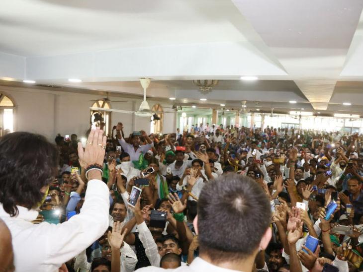 यह तस्वीर तेज प्रताप यादव ने अपने ट्विटर हैंडल पर 3 दिन पहले शेयर की है। इसे बिहार की गौरवशाली प्रतिष्ठा को लौटाने की ओर बढ़ रहा पहला कदम बताया। भीड़ देखकर अंदाजा लगाया जा सकता है कि कदम किधर जा रहे हैं।