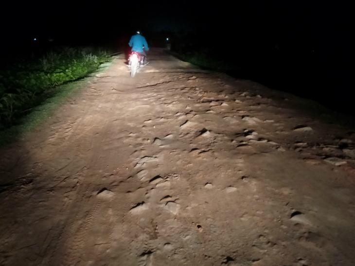 ये तस्वीर पप्पू यादव के गांव खुर्दा जाने वाली सड़क की है। लेकिन, इसमें सड़क कहीं नहीं दिखेगी।