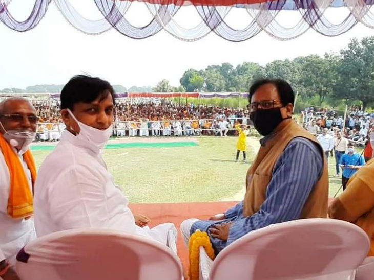 यह तस्वीर भाजपा के प्रदेश अध्यक्ष संजय जायसवाल ने अपने फेसबुक पेज पर शेयर की है। संजय जायसवाल और केंद्रीय गृह राज्य मंत्री नित्यानंद राय के साथ की यह तस्वीर बड़हरा विधानसभा में पार्टी प्रत्याशी के समर्थन में सभा की है जिसमें भीड़ सोशल डिस्टेंसिंग और मास्क का नियम भूल गई है।