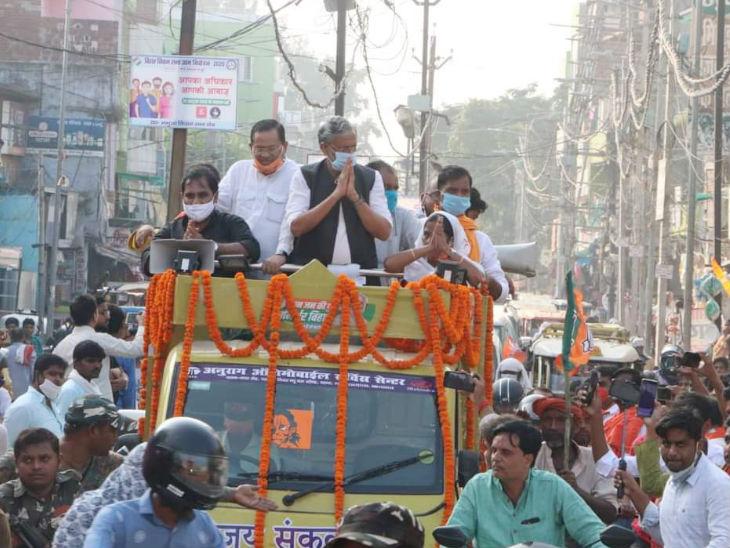 यह तस्वीर शनिवार को बीजेपी बिहार के फेसबुक पेज पर पोस्ट की गई। उपमुख्यमंत्री सुशील कुमार मोदी कैमूर जिले के भभुआ विधानसभा क्षेत्र से एनडीए प्रत्याशी के नामांकन में जुलूस के साथ चल रहे हैं। सोशल डिस्टेंसिंग और मास्क का नियम फेल है।