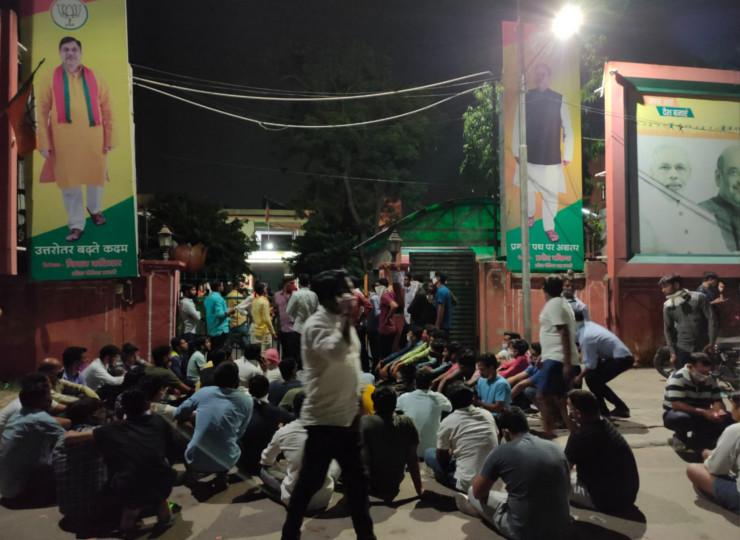 टिकट नहीं मिलने से नाराज कार्यकर्ताओं ने रविवार रात तक भाजपा के प्रदेश मुख्यालय पर पहुंचकर जमकर नारेबाजी की।