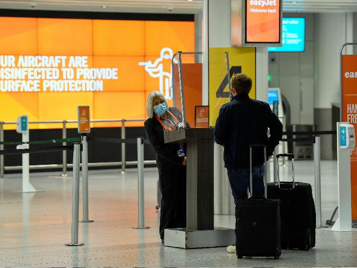 ब्रिटेन की राजधानी लंदन के इंटरनेशनल एयरपोर्ट पर विदेश से लौटे एक व्यक्ति से पूछताछ करती कर्मचारी।-फाइल