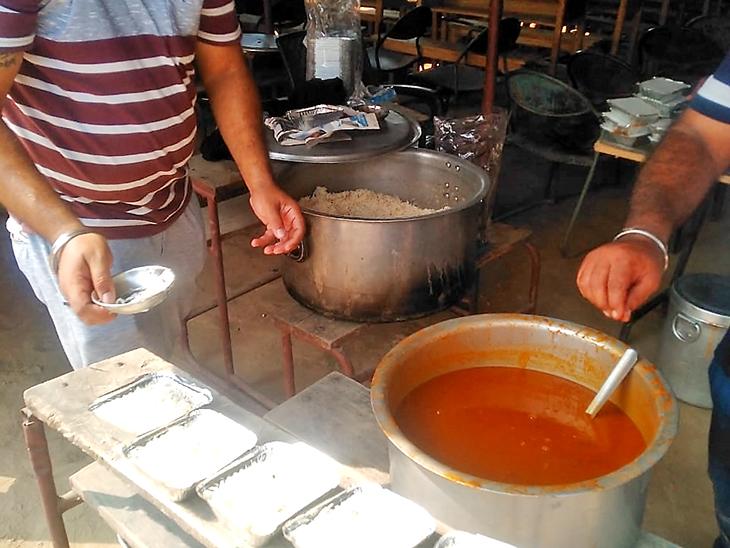 बलवीर ने मिनिमम प्राइज 20 रुपए रखा है। कहते हैं, कम कीमत में घर जैसा खाना हर कोई पसंद करता है।