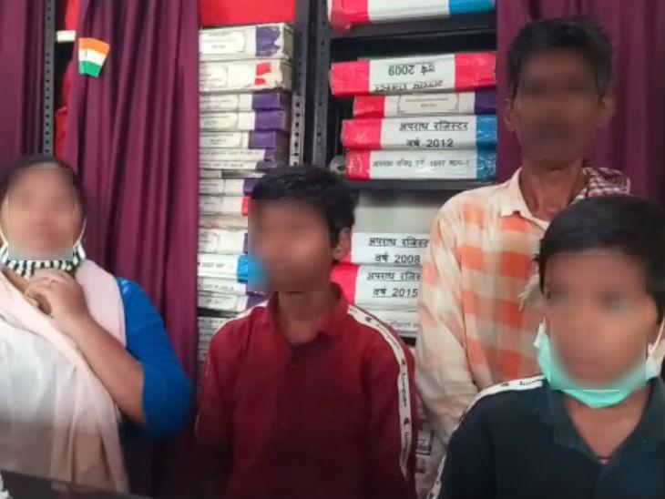 यह फोटो पीड़ित परिवार की है। हजरतगंज पुलिस ने परिवार को हिरासत में लेकर पूछताछ की है।