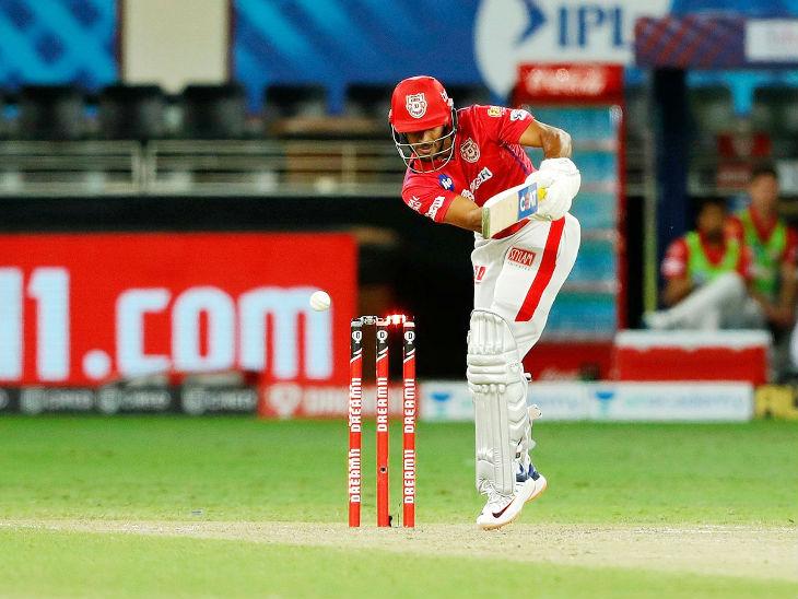 मयंक मैच में ओपनिंग करने आए, लेकिन कुछ खास नहीं कर सके। वे 10 बॉल पर 11 रन बनाकर बुमराह की बॉल पर बोल्ड हुए।