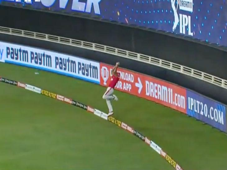दूसरे सुपर ओवर में मयंक ने बाउंड्री पर कीरोन पोलार्ड के सिक्स को शानदार तरीके से रोककर टीम के लिए 4 रन बचाए।