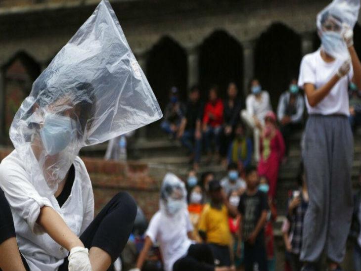नेपाल की राजधानी काठमांडू में नुक्कड़ नाटक के जरिए लोगों को कोरोनावायरस के बारे में जागरूक करता युवाओं का एक ग्रुप। -फाइल