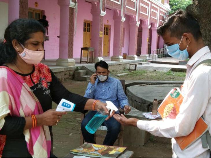 किसी क्लास में 10 तो कहीं तीन छात्र आए; सैनिटाइज और थर्मल स्क्रीनिंग के बाद मिली एंट्री, खाने-पीने की चीजें साझा करने पर पाबंदी उत्तरप्रदेश,Uttar Pradesh - Dainik Bhaskar