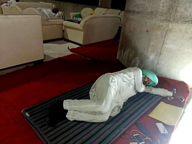 धरने के दौरान सदन के अंदर सोते हुए आप विधायक।