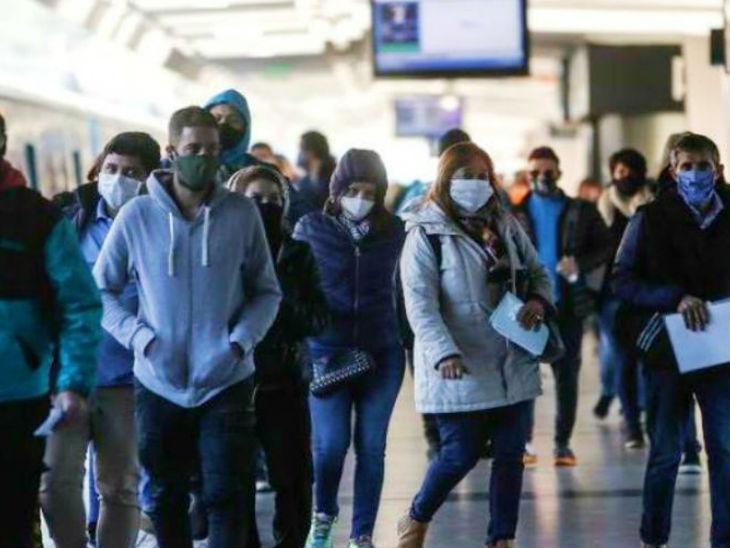 अर्जेंटीना के ब्यूनस आयर्स में एक रेलवे स्टेशन पर मौजूद लोग। सोमवार को यहां कुल संक्रमितों का आंकड़ा 10 लाख के पार हो गया। (फाइल)