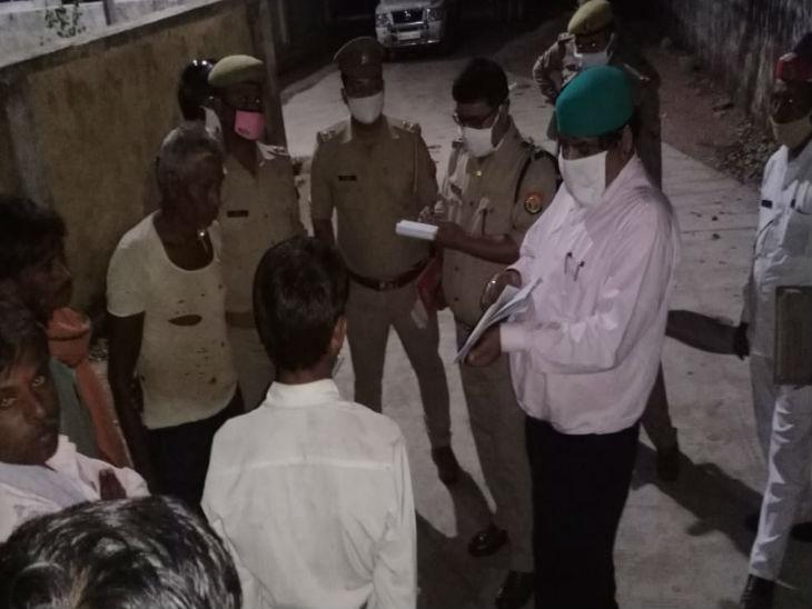 मौके पर पहुंचे अधिकारियों पूरी घटना को लेकर लोगों से पूछताछ की।