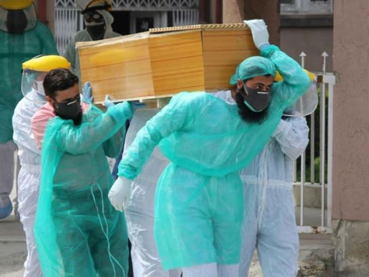 पाकिस्तान के इस्लामाबाद में संक्रमित को शव को दफनाने के लिए ले जाते सरकारी कर्मचारी। यहां बीते एक हफ्ते में संक्रमण से होने वाली मौतें बढ़ीं हैं। -फाइल फोटो