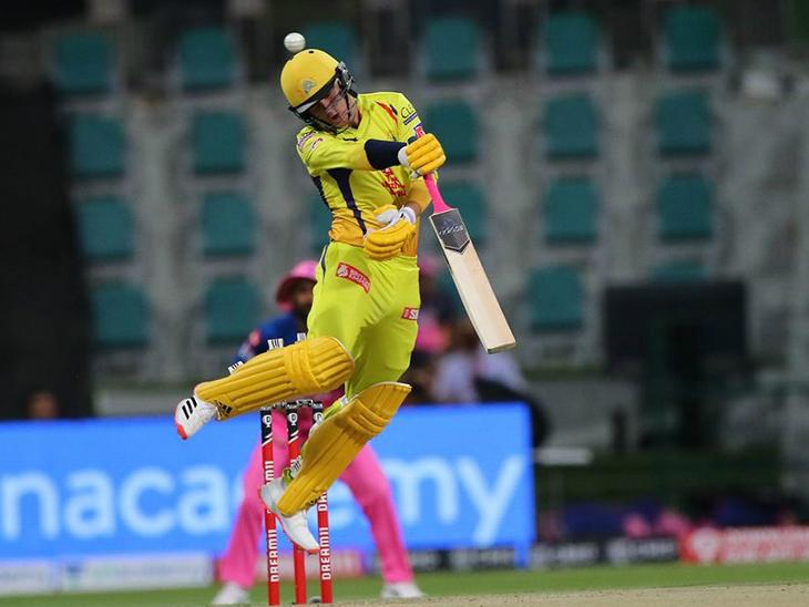 चेन्नई के ओपनर सैम करन बल्लेबाजी के दौरान बाउंसर से बचने का प्रयास करते हुए। करन ने मैच में 22 रन बनाए।