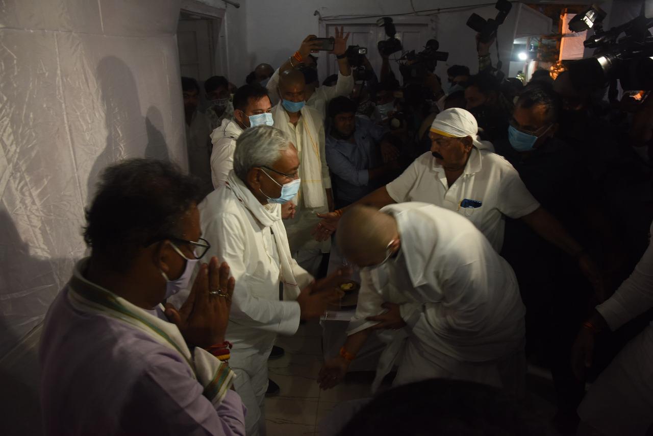 मुख्यमंत्री नीतीश कुमार के पैर छूते चिराग पासवान।