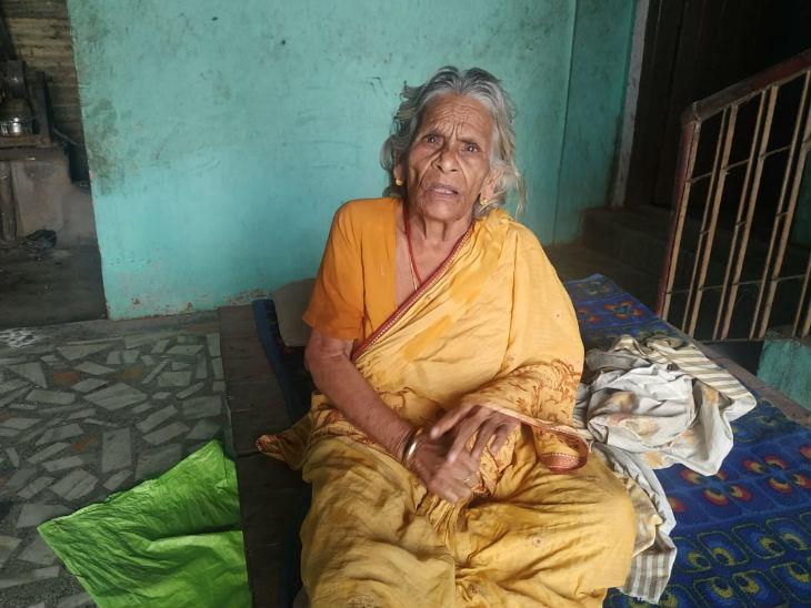 गुप्तेश्वर पांडे की मां गांव में ही रहती हैं। इन्हें राजनीति के बारे में कुछ नहीं पता है। बस इतना जानती हैं कि बेटा बड़ा आदमी है।
