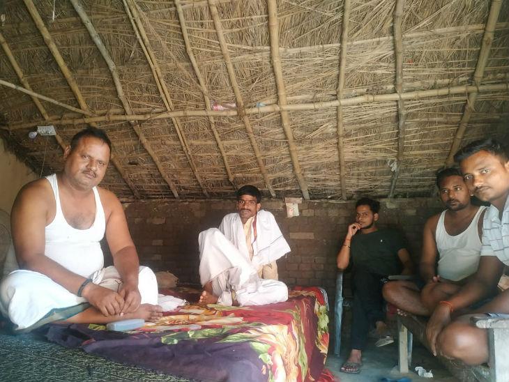 गांव के लोगों में गुप्तेश्वर पांडे को टिकट नहीं मिलने पर नाराजगी है। इनका कहना है कि बक्सर की चारों सीटों पर इसका असर पड़ेगा।