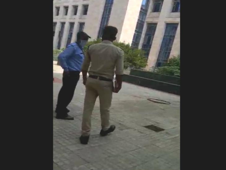 सुबह पुलिस जांच करने पहुंची। परिजन को वह जगह दिखाई, जहां पर महिला कूदने के बाद गिरी थी।