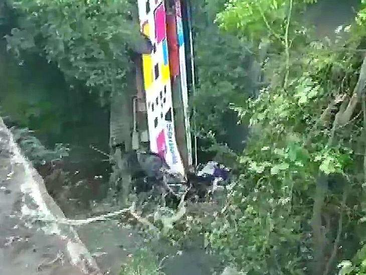 खाई में सीधे गिरने के कारण बस के अगले हिस्से में बैठे 5 लोगों की मौके पर मौत हो गई।