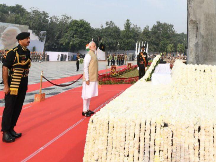 बुधवार को नई दिल्ली में राष्ट्रीय पुलिस स्मारक पर शहीद पुलिसकर्मियों को श्रद्धांजलि देते प्रधानमंत्री नरेंद्र मोदी।