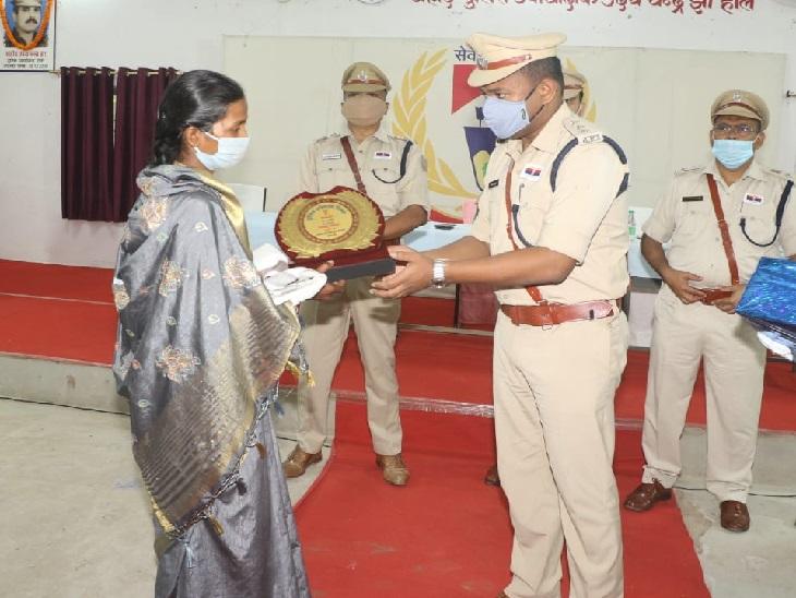 शहीद के परिजन को सम्मानित करते एसएसपी सुरेंद्र कुमार झा।