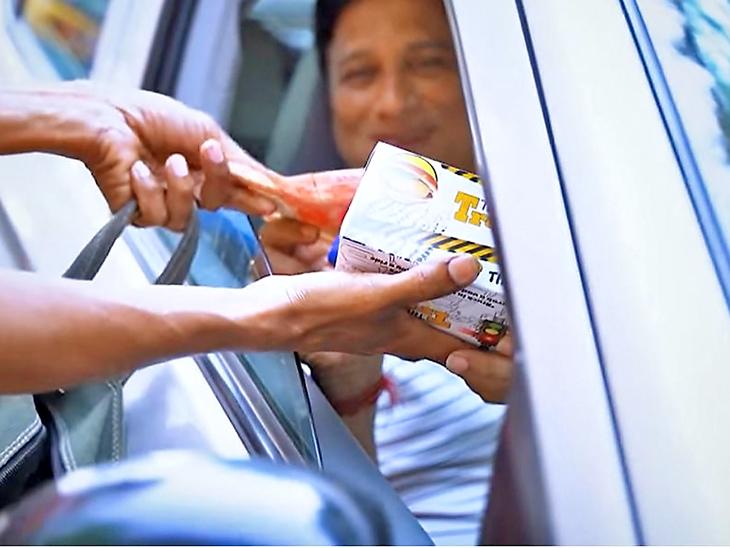 शुरुआत में लोगों को फ्री में वड़ा पाव बांटा, फिर 20 रुपए में पैकेट बेचना शुरू किया। रिस्पॉन्स भी अच्छा मिला।